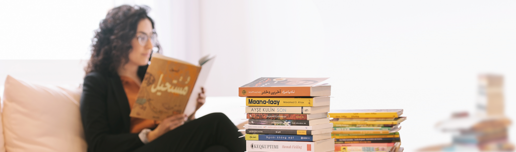 kvinna som läser, boktrave